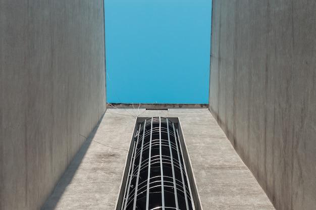 Escadas de emergência de incêndio em um edifício exterior com céu azul acima