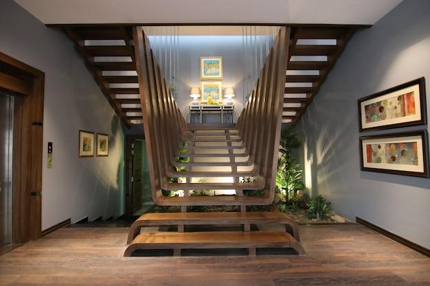 Escadas de madeira dentro de uma propriedade de luxo
