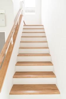 Escadas de madeira e corrimão