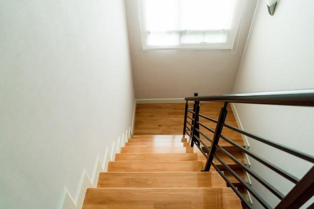 Escadas de madeira em casa