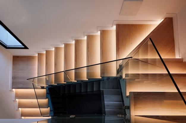 Escadas de madeira em uma casa moderna