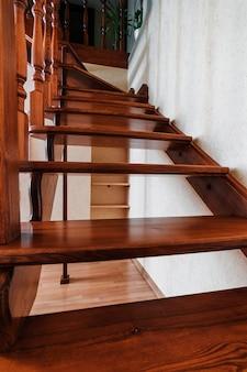 Escadas de madeira marrom contemporâneas na casa