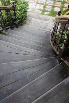 Escadas de madeira velhas até o jardim