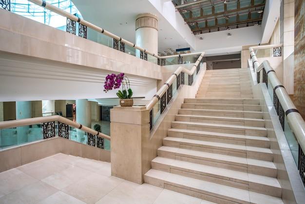 Escadas de mármore em arquitetura moderna