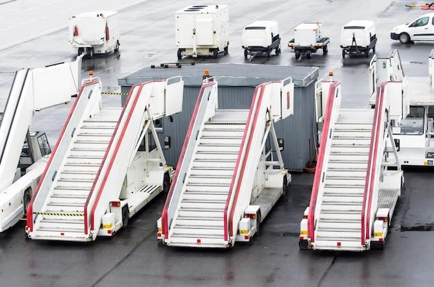 Escadas de passageiros para embarque de passageiros em um avião.