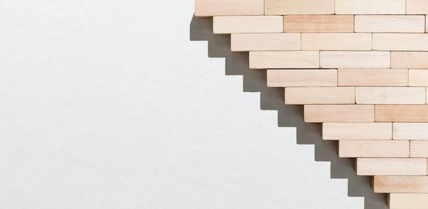 Escadas de peças de madeira de cabeça para baixo
