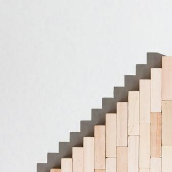 Escadas de peças de madeira e sombras