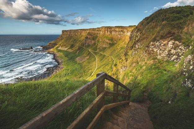 Escadas de pedra que conduzem à costa. irlanda do norte