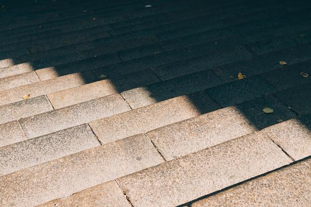 Escadas de pedra urbanas à luz do sol