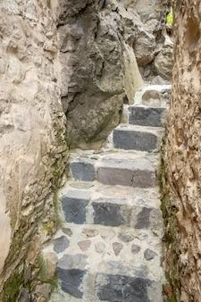 Escadas de pedra velhas bonitas