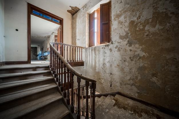 Escadas de um antigo prédio abandonado