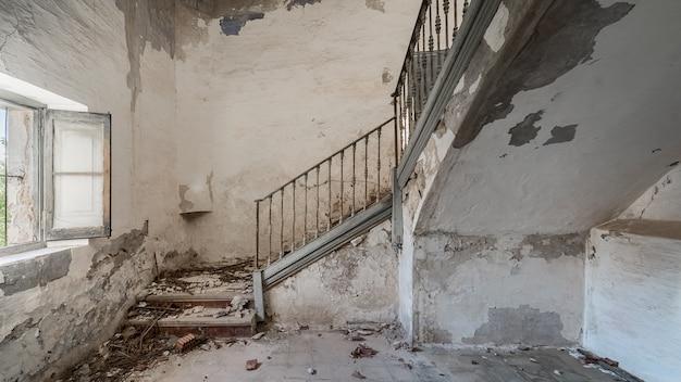 Escadas de um prédio abandonado e arruinado