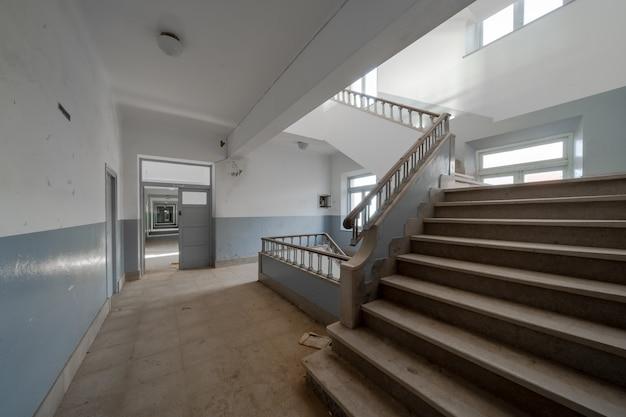 Escadas e corredor de um antigo instituto abandonado