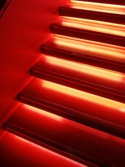 Escadas em luz neon vermelha