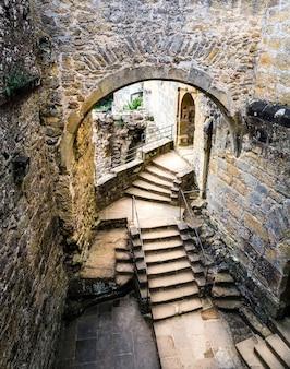 Escadas em ruínas do antigo castelo, antigo edifício de pedra, patrimônio. arquitetura tradicional europeia, lugares famosos para turismo e viagens