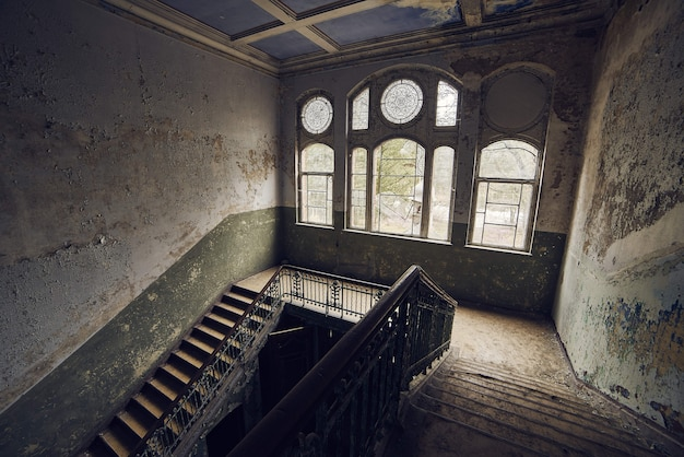 Escadas em um antigo prédio abandonado com paredes sujas