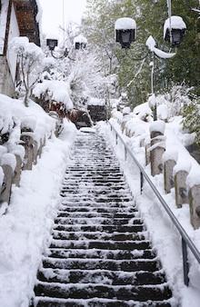 Escadas escorregadias pela tempestade de neve congelada nos degraus, japão