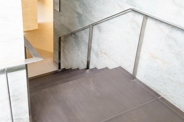 Escadas interiores, escadaria em casa moderna, escadaria no edifício moderno