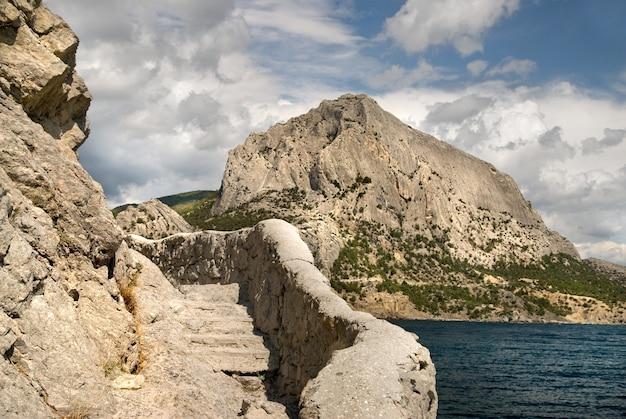Escadas na rocha na criméia