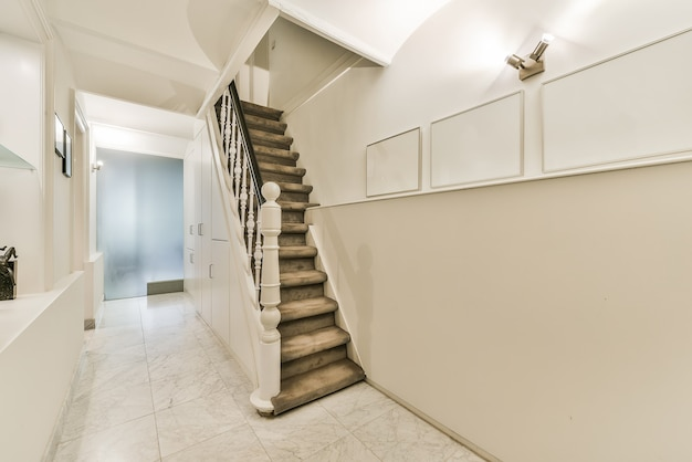 Escadas no corredor de luxo com aparência de elegância