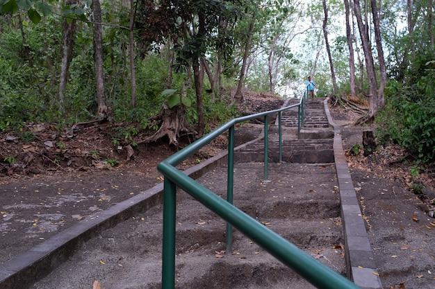 Escadas para um dos locais em pleret yogyakarta indonésia
