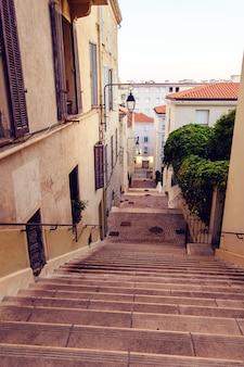 Escadas para uma rua estreita em cannes