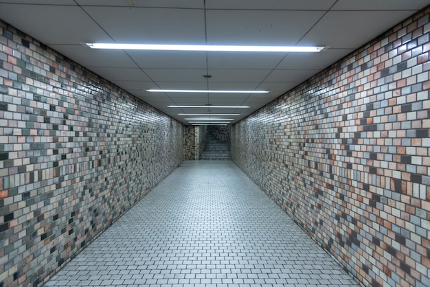 Escadas, passarelas na estação de metro