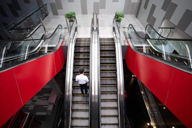 Escadas rolantes modernas e luxuosas no auditório