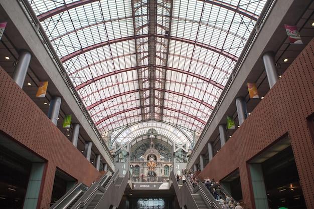 Escadas rolantes na famosa e renovada estação central de antuérpia, bélgica