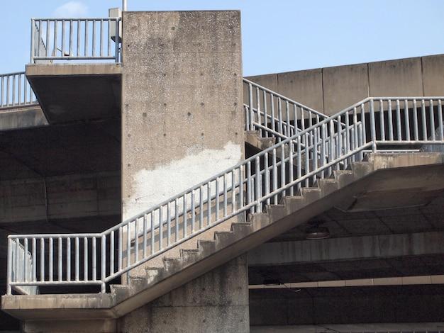 Escadas velhas do viaduto na cidade