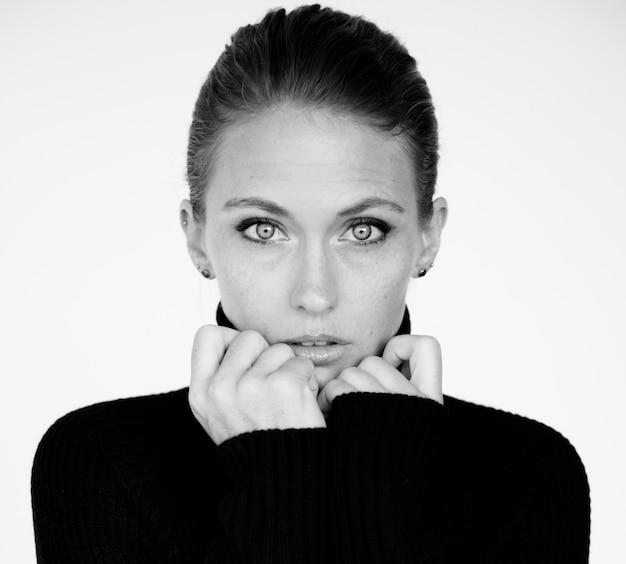 Escala de cinza de retrato de expressão de rosto de mulher headshot sereno