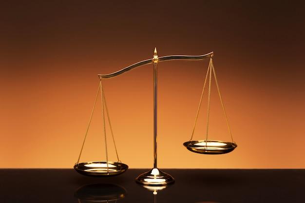 Escala de equilíbrio em fundo de cor laranja