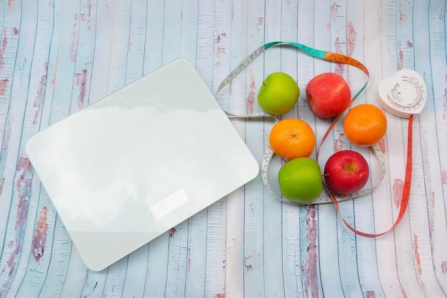 Escala de peso e fita métrica e conceito de dieta e estilo de vida saudável
