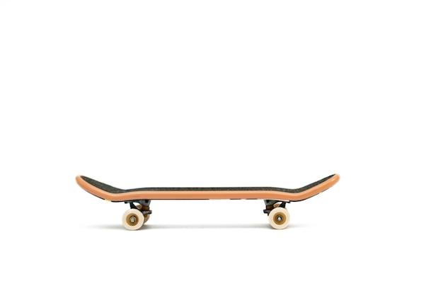 Escala em fundo branco. um pequeno skate para crianças e adolescentes brincarem com os dedos das mãos