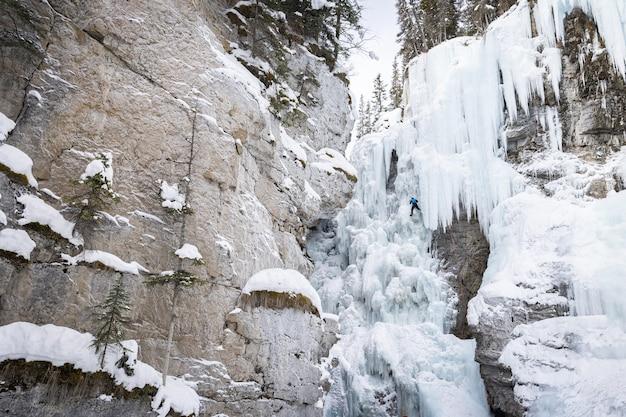 Escalada em cachoeira de gelo (paisagem), johnston canyon, parque nacional de banff, alberta, canadá