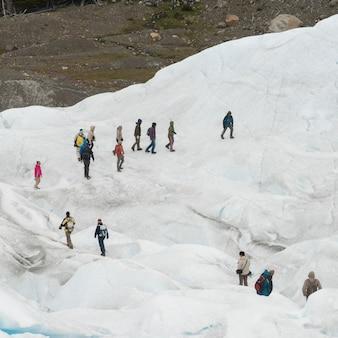 Escaladores de gelo no glaciar perito moreno, parque nacional los glaciares, província de santa cruz, patagônia,