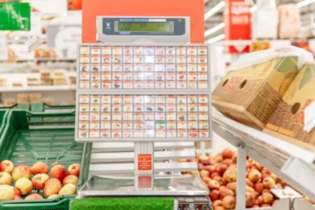 Escalas de frutas e legumes em um supermercado. fechar-se. borrado.