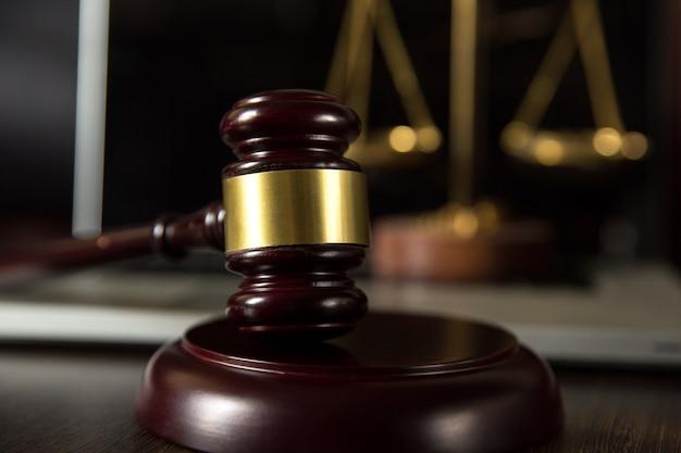 Escalas de martelo de juiz de justiça e livros de direito em