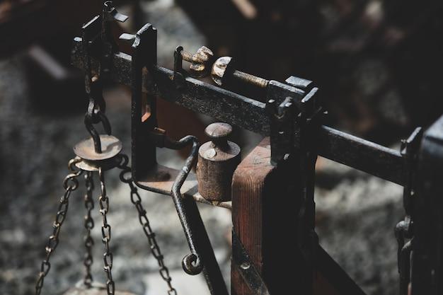 Escalas velhas de ferro fundido enferrujado.