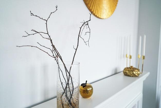 Escandinavo interior em cores douradas brancas, detalhes