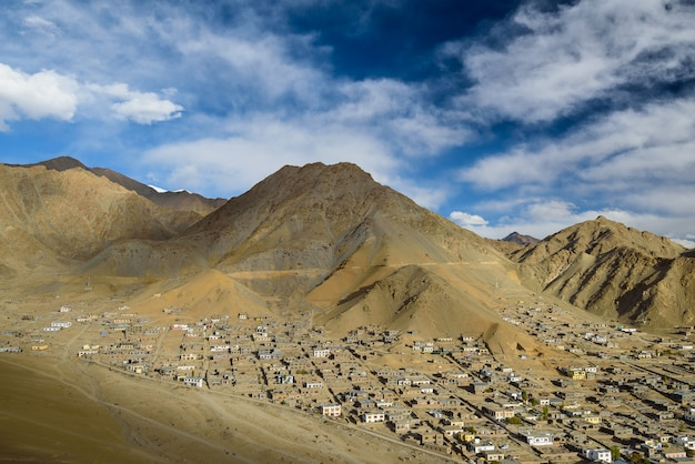 Escapo da cidade de leh ladakh com luz solar