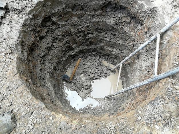 Escavação profunda e grande com enxada e escala antiga