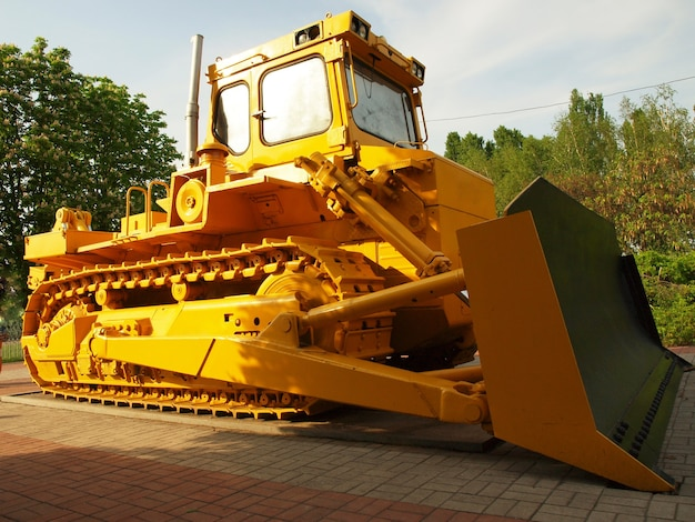 Escavadeira amarela no local
