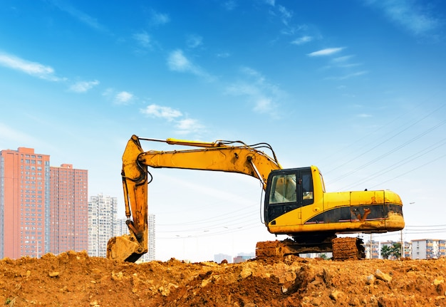 Escavadeira amarela no site