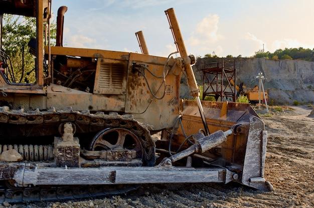Escavadeira, cascalho, areia, escavando terreno para veículos de construção