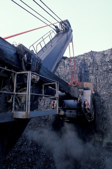 Escavadeira de reboque na mina de carvão
