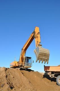 Escavadeira em canteiro de obras