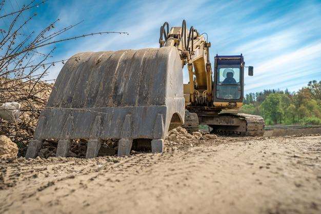 Escavadeira estacionada no canteiro de obras