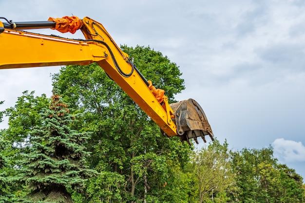 Escavadeira na cidade durante obras de terraplenagem