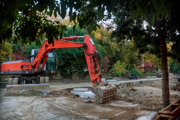 Escavadeira sendo estacionada em uma construção de rodovia